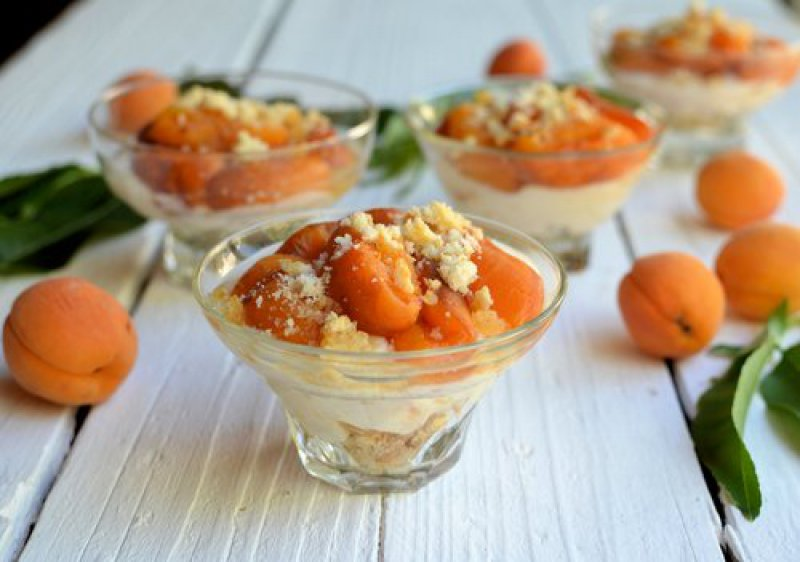 Baked apricots with almond biscuits