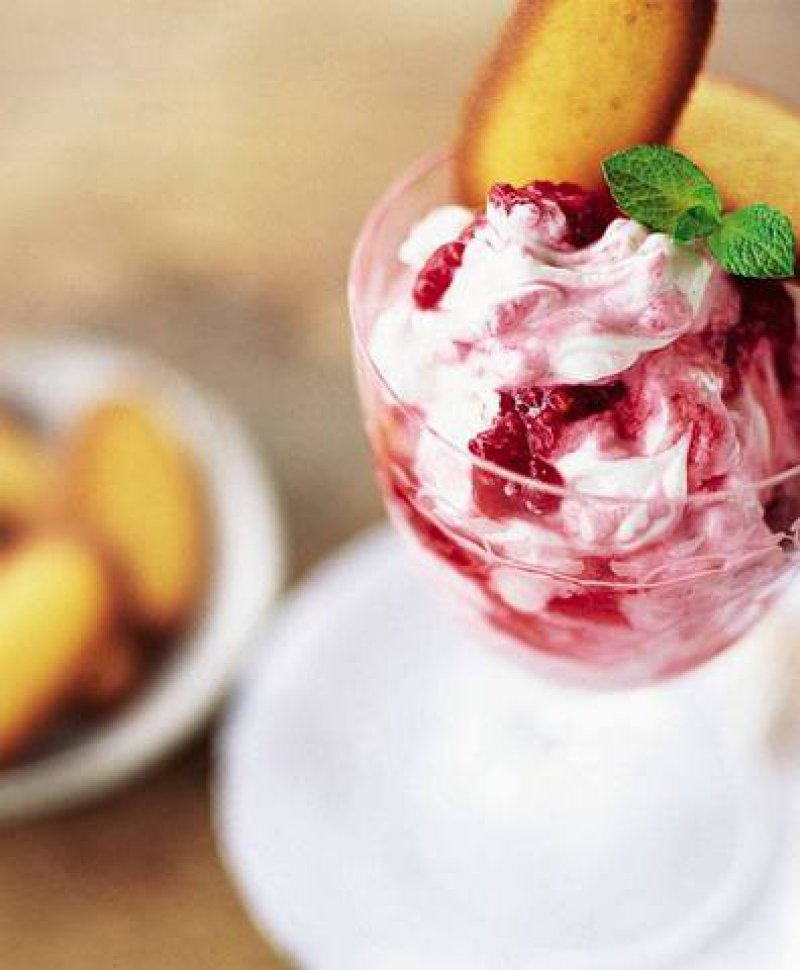 Mediterranean Yogurt Cream with Summer Fruits